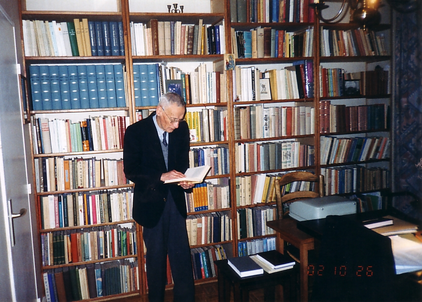 Arion Roşu at his home study at Versailles in 2002. Photo taken by Eugen Ciurtin and reproduced with his kind permission.